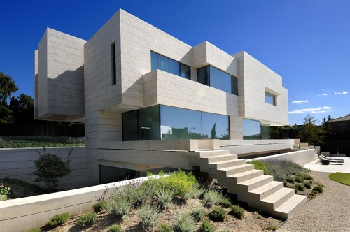 Pozuelo de Alarcón Travertine House / A-cero